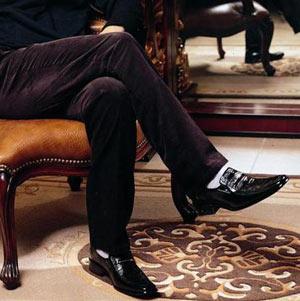 穿黑皮鞋不要配白色袜子